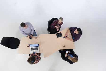 vista dall'alto di Multi gruppo etnico di avvio attività le persone su di brainstorming riunione in interni moderni ufficio luminoso