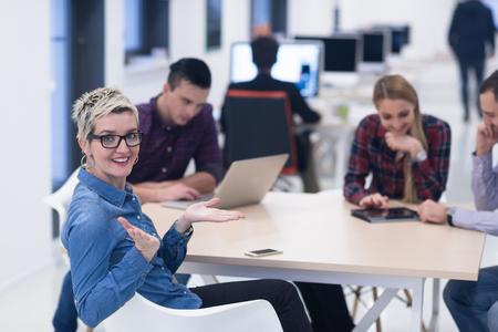 tormenta de ideas: equipo de negocios de inicio en el cumplimiento de moderno y luminoso de reflexión interior de la oficina, trabajando en equipo portátil y la tableta de ordenador Foto de archivo