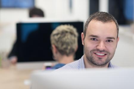 negocio de inicio, desarrollador de software que trabaja en la computadora de escritorio en la oficina moderna