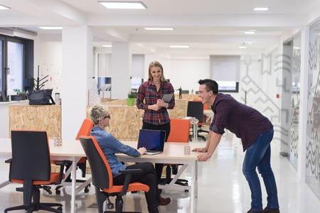 portrait de groupe créatif gens d'affaires dans un intérieur moderne de bureau de démarrage