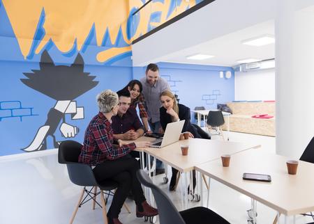 malé: startup obchodní tým na setkání v moderní světlé kancelářských interiérů brainstormingu, pracující na přenosném počítači a tablet