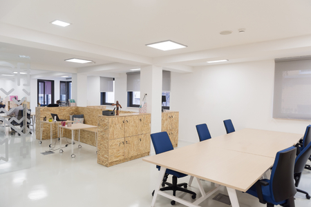 muebles de oficina: vac�o entre la oficina de negocios de inicio con las computadoras modernas y muebles Foto de archivo