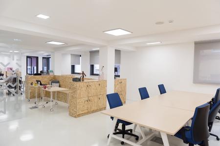 vide entre des bureaux d'affaires de démarrage avec les ordinateurs modernes et des meubles Banque d'images