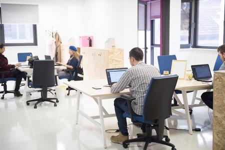 trabajando: grupo de personas de negocios de inicio de trabajo de trabajo todos los días en la oficina moderna