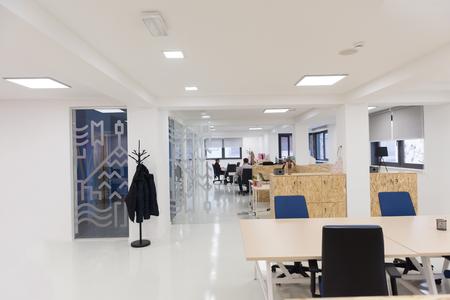 현대 컴퓨터와 가구와 빈 시작 비즈니스 사무실 인테리어 스톡 콘텐츠