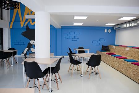 スタートアップ ビジネス オフィス インテリア詳細、明るいモダンな作業空間