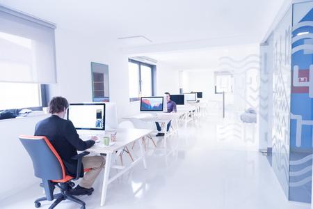 Démarrage d'une entreprise, développeur de logiciels travaillant sur ordinateur au bureau moderne Banque d'images