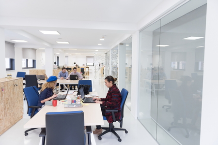 démarrage groupe de gens d'affaires travaillant travail quotidien au bureau moderne Banque d'images