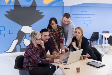 현대 밝은 사무실 인테리어 회의에서 시작 비즈니스 팀 브레인 스토밍, 노트북 및 태블릿 컴퓨터에서 작동