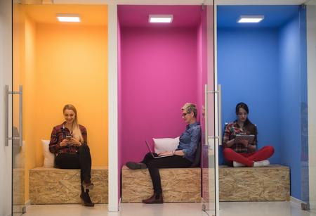 groep jonge mensen uit het bedrijfsleven met plezier, ontspannen en werken in creatieve ruimte op modern kantoor opstarten