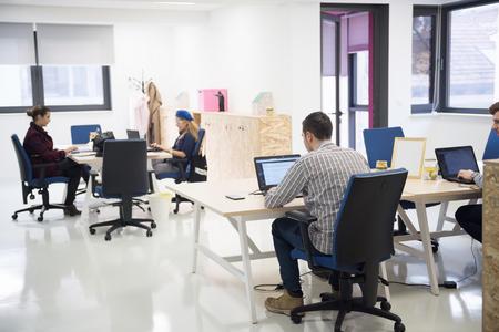 grupo de personas de negocios de inicio de trabajo de trabajo todos los días en la oficina moderna