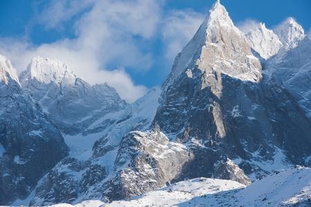 Franse Alpen bergtoppen bedekt met verse sneeuw. Winterlandschap natuur scène op mooie zonnige winterdag. Stockfoto