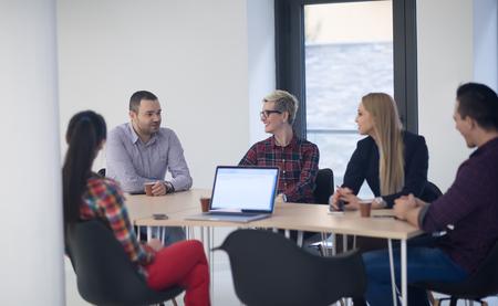 gente reunida: equipo de negocios de inicio en el cumplimiento de moderno y luminoso de reflexión interior de la oficina, trabajando en equipo portátil y la tableta de ordenador Foto de archivo