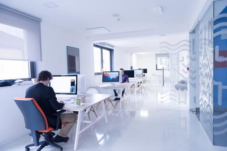oficina: negocio de inicio, desarrollador de software, trabajando en equipo en la oficina moderna Foto de archivo