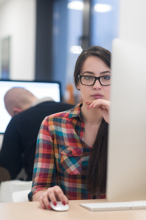 スタートアップのビジネス、dektop 上リラックスした創造的な近代的なオフィスで働く女性と楽しい時を過す