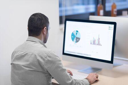 Démarrage d'une entreprise, développeur de logiciels travaillant sur ordinateur au bureau moderne