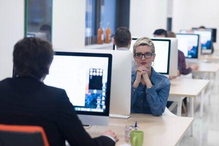 mujeres trabajando: negocio de inicio, la mujer trabaja en el ordenador en la oficina moderna dektop creativa relajante y divertirse