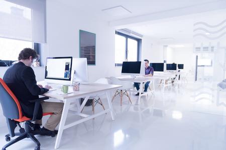 startend bedrijf, software ontwikkelaar werken op de computer op moderne kantoor