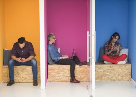 재미, 편안 하 고 현대적인 시작 사무실에서 창의적인 룸 공간에서 작동하는 젊은 기업들의 그룹 스톡 콘텐츠