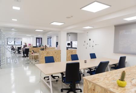 interior de la oficina de negocios de inicio vacía con los ordenadores modernos y muebles Foto de archivo