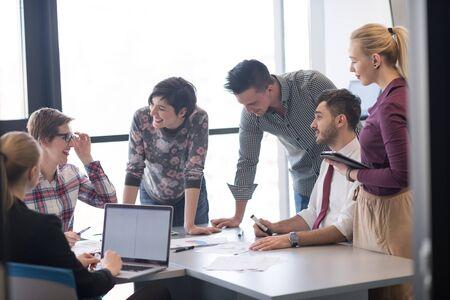 negocio de inicio, Grupo de gente joven creativa de intercambio de ideas sobre la reunión en interior de la oficina y el uso de la computadora portátil y el ordenador tableta tener en cuenta los planes y proyectos de las ideas