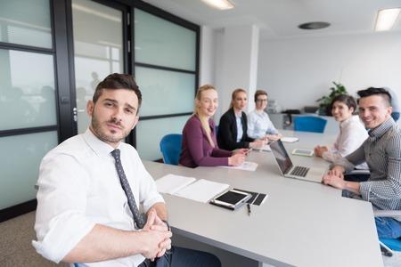 entreprise de démarrage, les jeunes gens créatifs groupe réflexion sur la réunion d'équipe à l'intérieur moderne de bureau. Utiliser un ordinateur portable, tablette et ordinateur de smartphone pour noter les idées des plans et projets Banque d'images