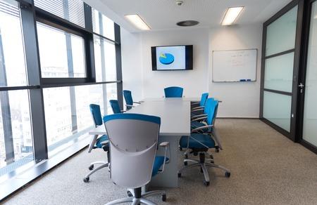 wnętrze nowego nowoczesnego biura sala konferencyjna z dużymi oknami