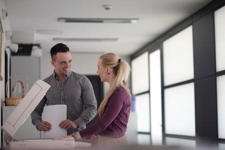 impresora: feliz grupo de hombres de negocios en la oficina moderna documentos impresos en la máquina
