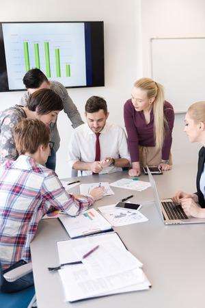 entreprise de démarrage, groupe de jeunes gens créatifs de remue-méninges sur la satisfaction à l'intérieur du bureau et utilisant un ordinateur portable et ordinateur tablette de noter les idées des plans et projets