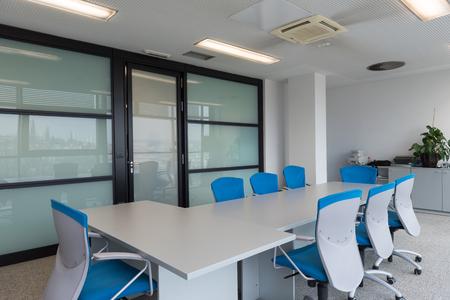 Innere des neuen modernen Bürotagungsraum mit großen Fenstern Standard-Bild