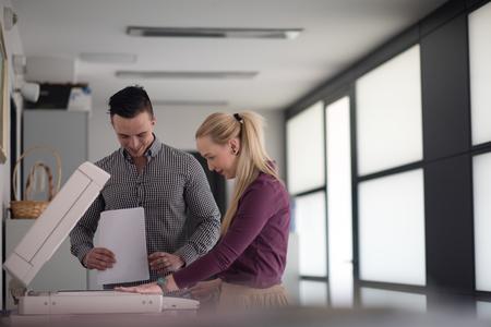 gelukkige mensen uit het bedrijfsleven groep bij moderne kantoor papieren documenten op de machine