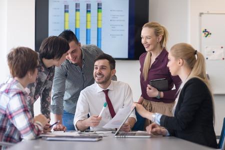 Entreprise de démarrage, groupe de jeunes gens créatifs de remue-méninges sur la satisfaction à l'intérieur du bureau et utilisant un ordinateur portable et ordinateur tablette de noter les idées des plans et projets Banque d'images - 55665746
