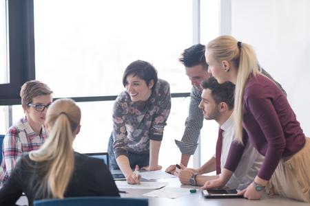 시작 비즈니스, 사무실 내부에서 회의와 아이디어 및 사업 계획을주의하는 노트북 및 태블릿 컴퓨터를 사용하는 방법에 대한 브레인 스토밍 젊은 창조