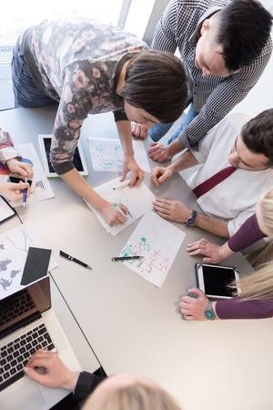 시작 비즈니스, 사무실 내부에서 회의와 아이디어 및 사업 계획을주의하는 노트북 및 태블릿 컴퓨터를 사용하는 방법에 대한 브레인 스토밍 젊은 창조적 인 사람들의 그룹 스톡 콘텐츠 - 55752891