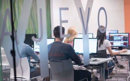 groupe d'étudiants en technologie dans la salle de classe de l'école de laboratoire informatique travaillant sur