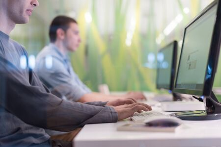 Grupa studentów technologii w pracowni komputerowej w szkole klasie pracuje nad