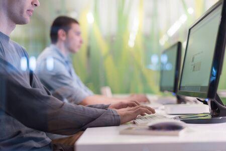 technologie studentengroep in computerlokaal klaslokaal te werken op