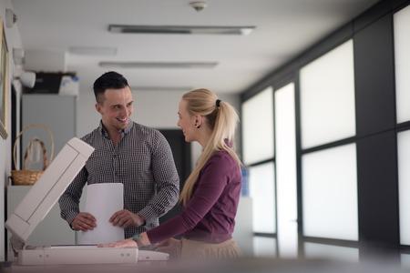 feliz grupo de hombres de negocios en la oficina moderna documentos impresos en la máquina