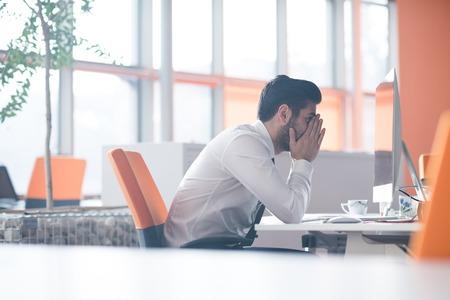 현대 시동 사무실 인테리어에서 데스크탑 컴퓨터에서 작업 좌절 된 젊은 비즈니스 남자 스톡 콘텐츠 - 56734055