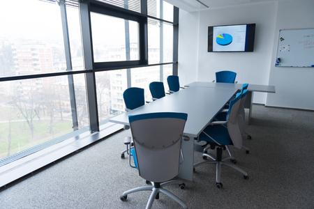 intérieur de la nouvelle salle de réunion de bureau moderne avec de grandes fenêtres