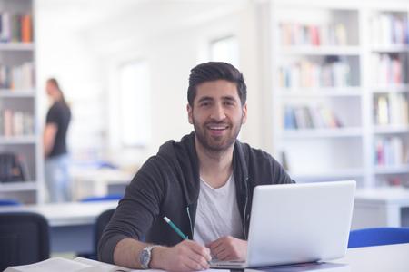 留学準備試験とラップトップに関する研究、インターネットをブラウズし、学校の図書館で学ぶ 写真素材