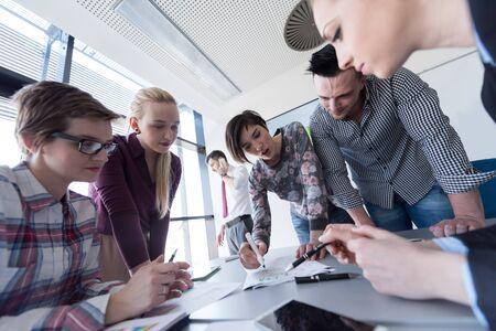 cenital: vista desde arriba aérea de lluvia de ideas la gente grupo empresarial en el cumplimiento y la presentación de ideas de negocios y proyectos en la computadora portátil y la tableta de ordenador