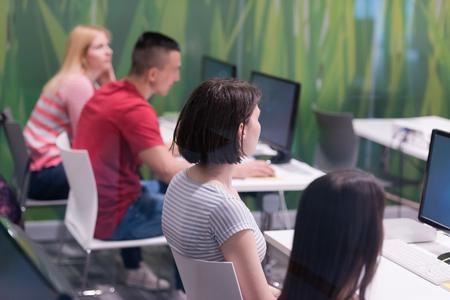 apuesto profesor maduro y estudiantes en el aula laboratorio de computación