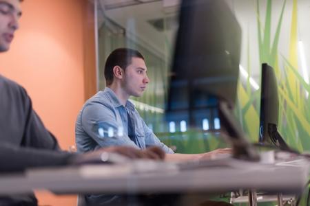 tecnología informatica: grupo de estudiantes de tecnología en el laboratorio de computación aula de la escuela que trabaja en
