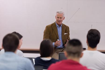 grupo de estudiantes estudiar con el profesor en el aula de la escuela moderna