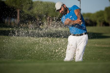pro golf player shot ball from sand bunker at course Standard-Bild