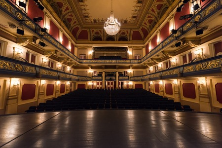 Cortina de la etapa vacía del teatro con las luces dramáticas Foto de archivo