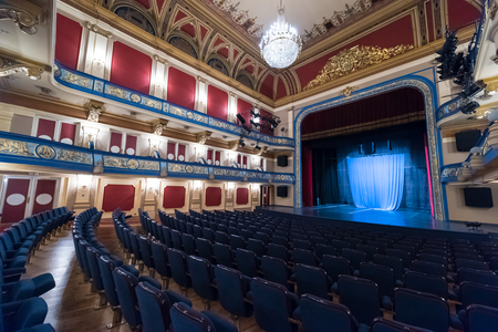 劇的なライトが付いている空の劇場ステージ カーテン