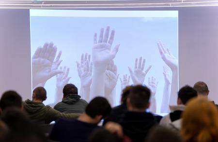 profesor alumno: que los estudiantes de presentación del taller escuchando y tomando notas en el ordenador portátil