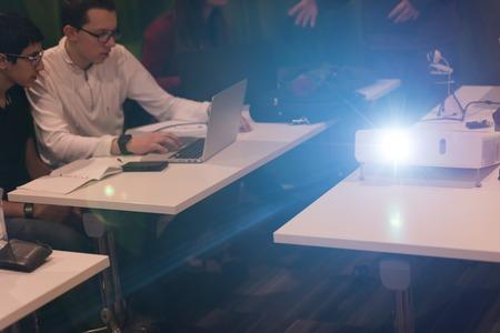 educators: jóvenes estudiantes de tecnología informática en la clase de programación de código tienen presentación